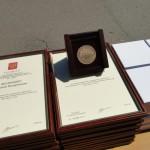 Вручение памятной олимпийской медали